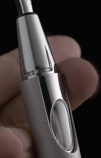 A second bayonet closure with a micro-sphere, again innovative in the high end writing instruments world, is set in the body of the pen to block the nib grip and
