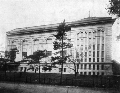 Imperial Library di Tokyo costruita nel 1906 in un immagine del 1911. 2007 National Diet Library. Japan International Library of Children s Literature.