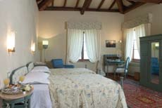 LA SUITE IN CASTELLO The suite in the castle Arredi d epoca scelti con grande