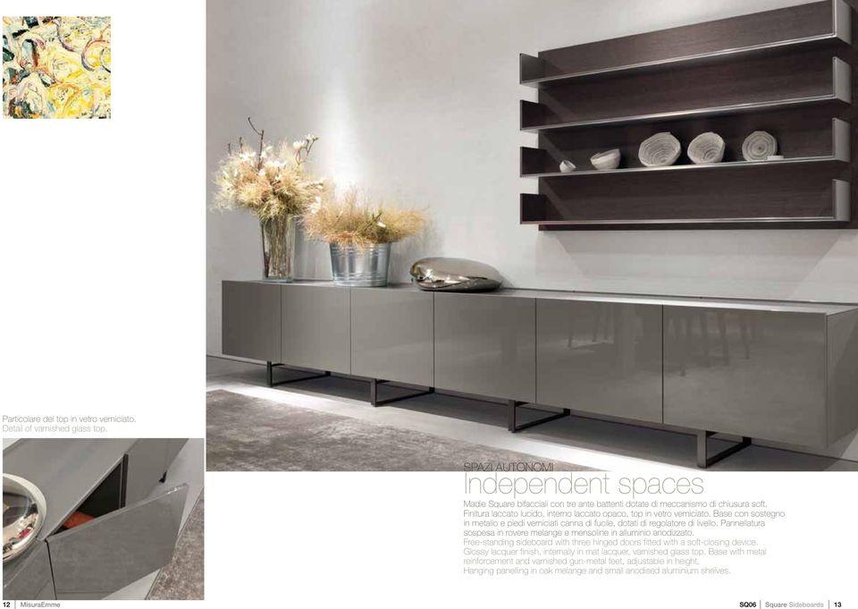 Pannellatura sospesa in rovere melange e mensoline in alluminio anodizzato. Free-standing sideboard with three hinged doors fitted with a soft-closing device.