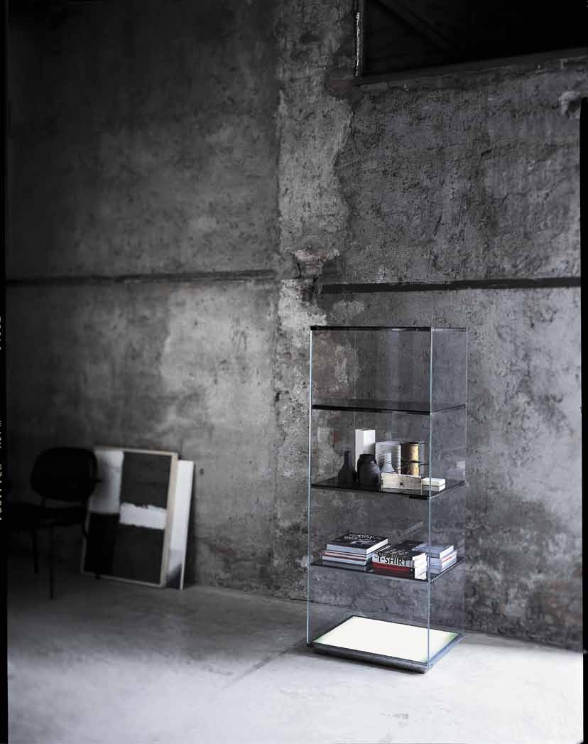 Laversione VEB01 è disponibile anche con base luminosa. Showcase and display unit in crystal glass with leaf doors.