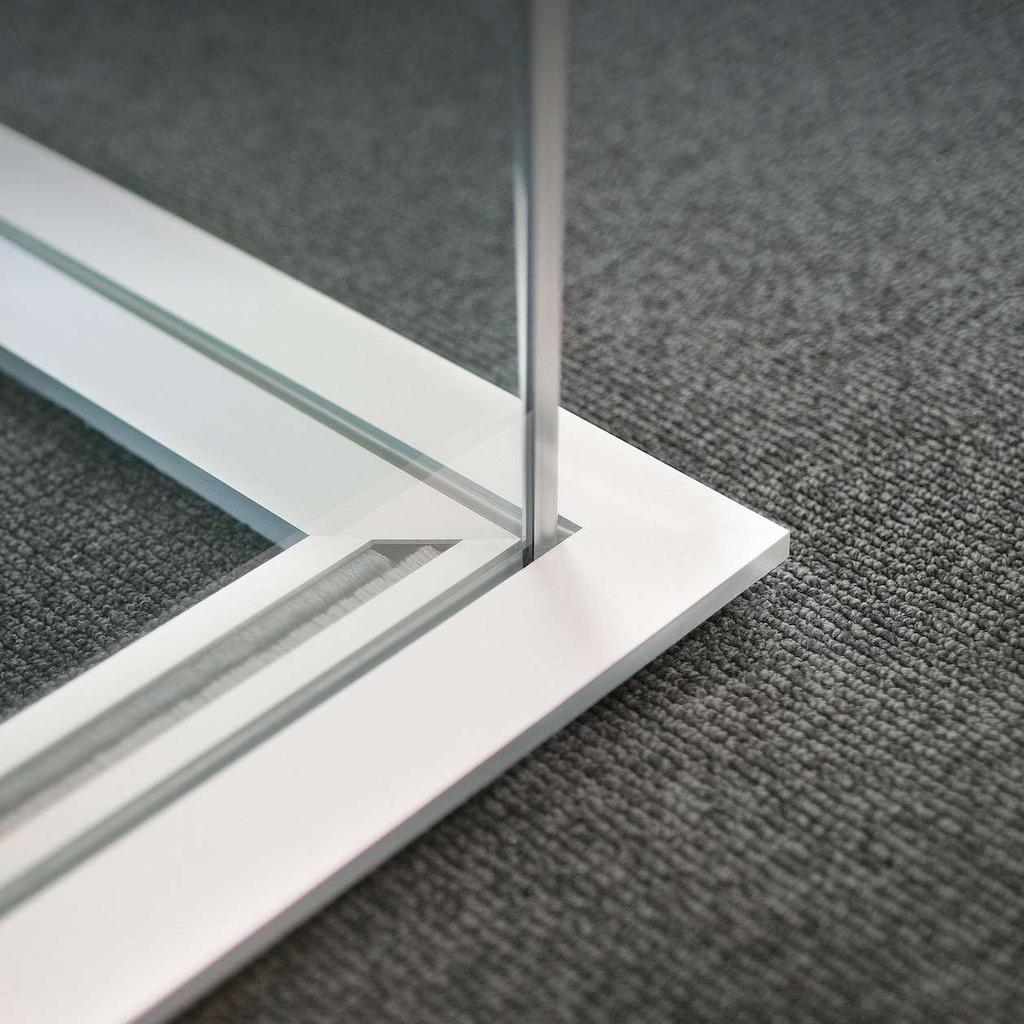 Metafora offers 10 mm, 12 mm or 16 mm thicknesses of tempered and laminated glass panels. The system provides excellent acoustic properties and is certified to resist impact.