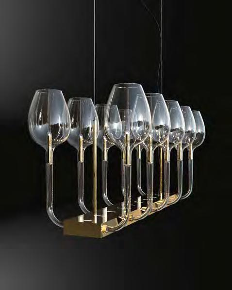 : Chandelier with blown clear glass diffusers and metal structure with gold finish.
