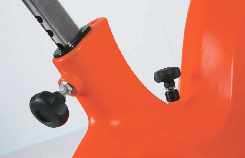 Regolazione orizzontale manubrio Horizontal handlebar adjustment Regolazione meccanica intensità della pedalata Mechanical intensity adjustment Manubrio ergonomico verniciato Ergonomic varnished